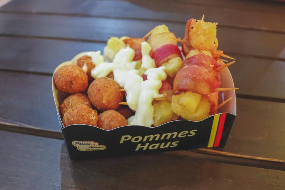 O que comer na Oktoberfest Blumenau? Bolinho de mandioca e bacon