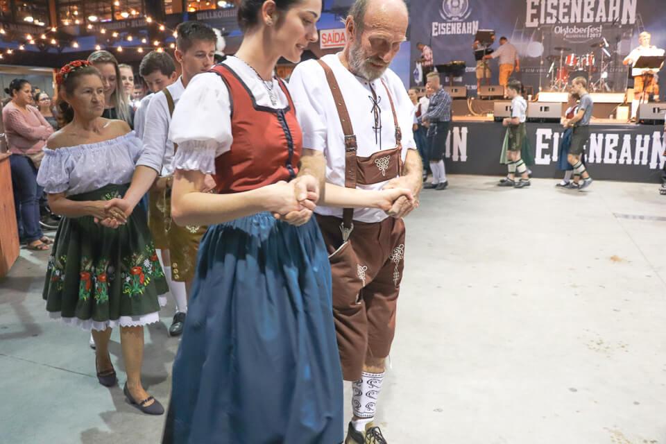 Grupos de dança na Oktoberfest Blumenau