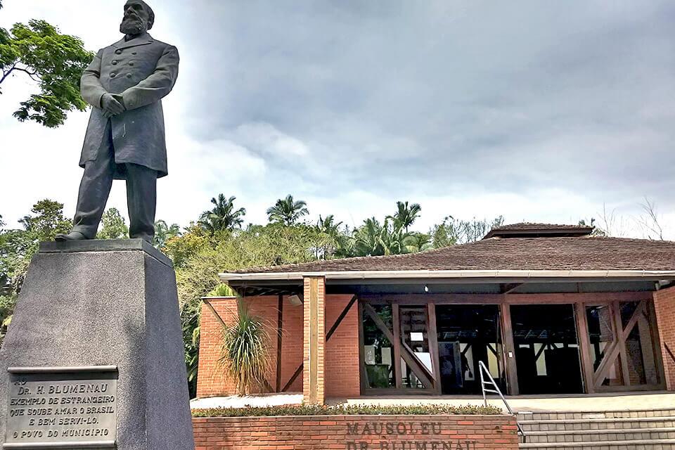 Em Blumenau visite o mausoléu de seu fundador Dr. Blumenau