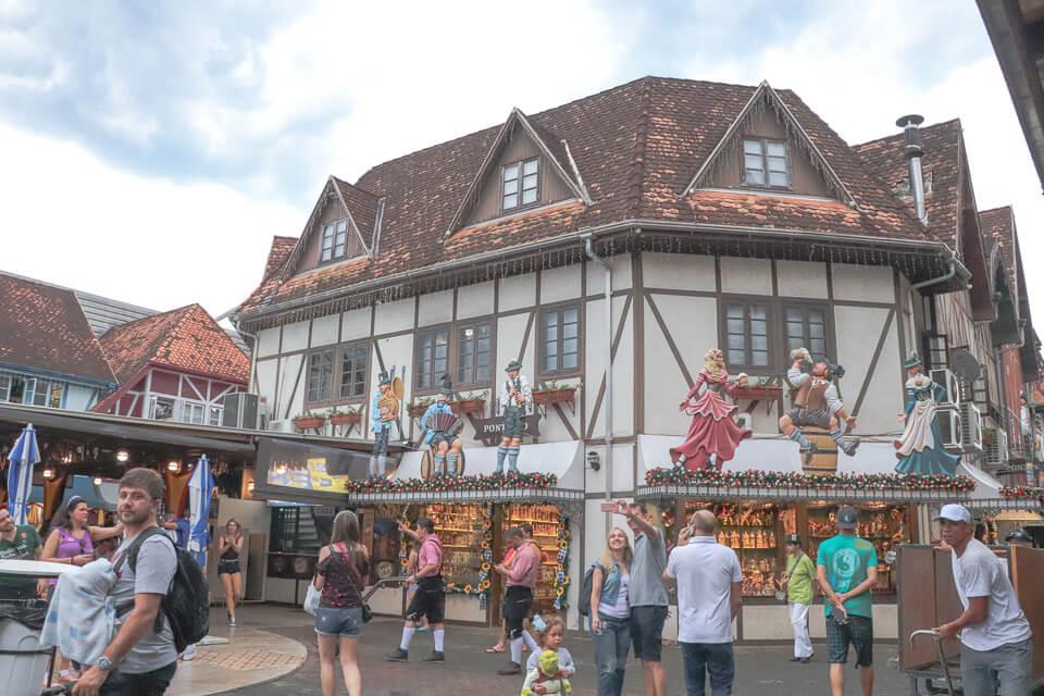 Lojas e restaurantes e arquitetura típica alemã na Oktoberfest Blumenau