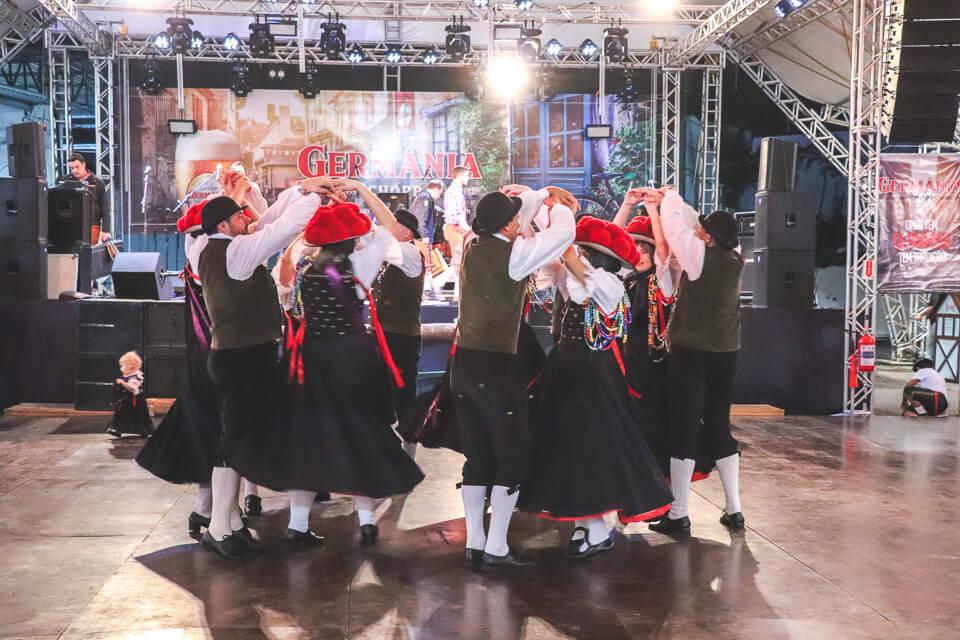 Apresentação de dança típica alemã na Fenarreco