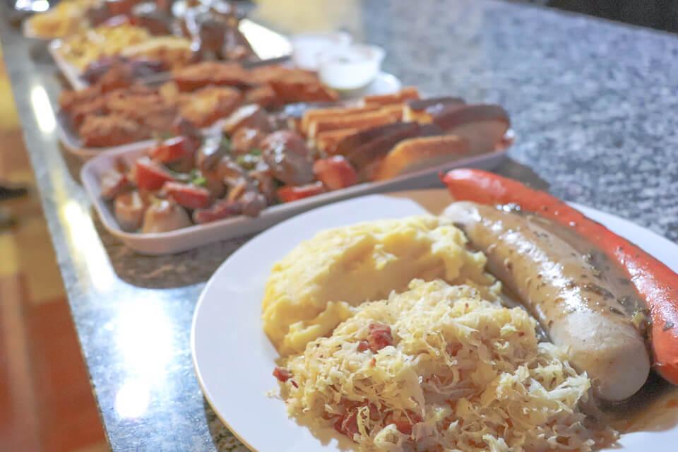 Várias opções de comida típica alemã na Fenarreca