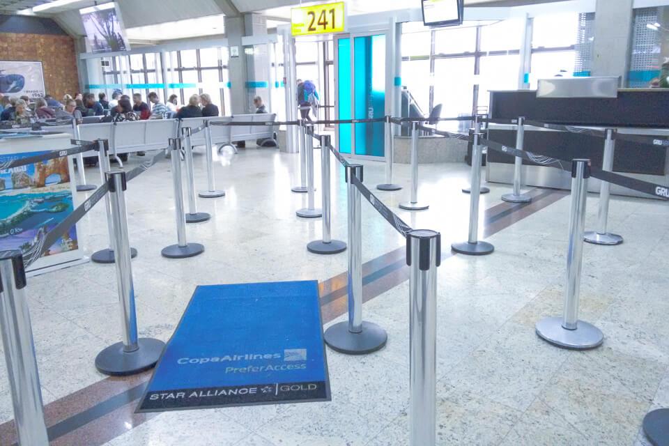 Como é voar Copa Airlines? área de embarque em Guarulhos