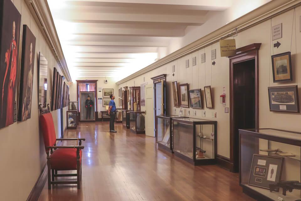 Por dentro da Casa Loma tem quadros pelos corredores