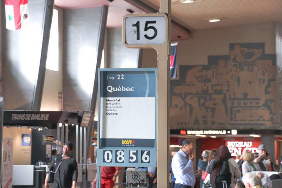 Identificação do portão de embarque na estação de trem em Montreal