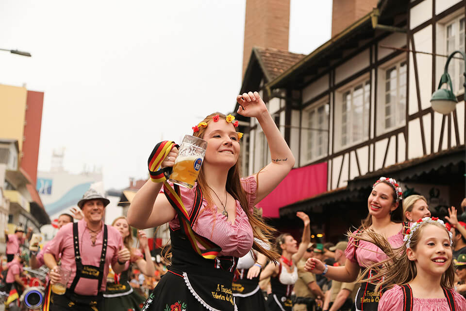 Desfile na Vila Germânica da Oktoberfest Blumenau