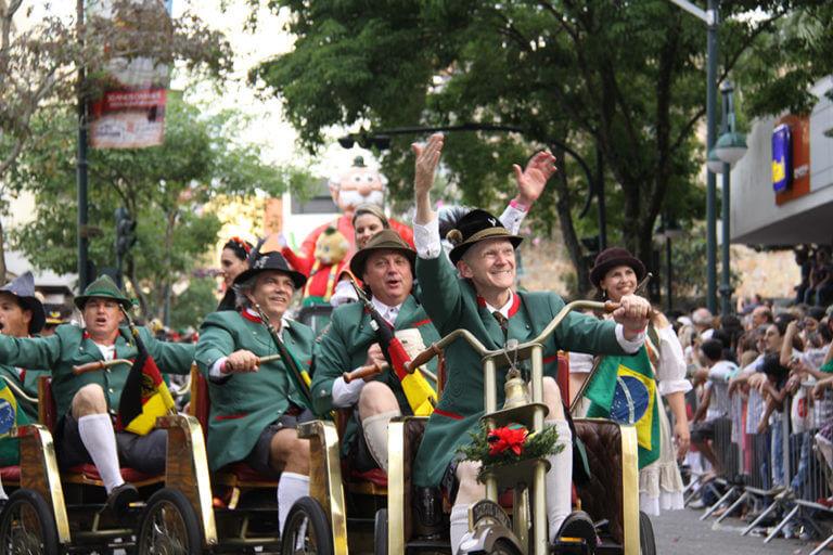 Desfile de rua na Oktoberfest Blumenau