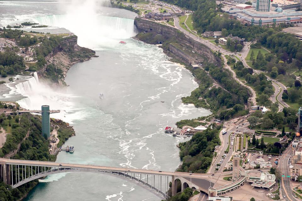 Cataratas de Niagara Falls vistas do alto no passeio de helicóptero